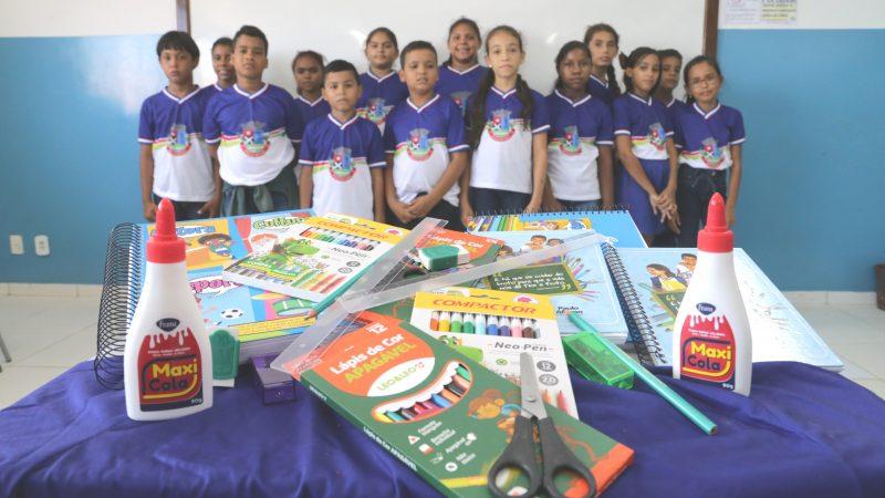 Kits escolares e fardamentos são entregues aos alunos da rede municipal