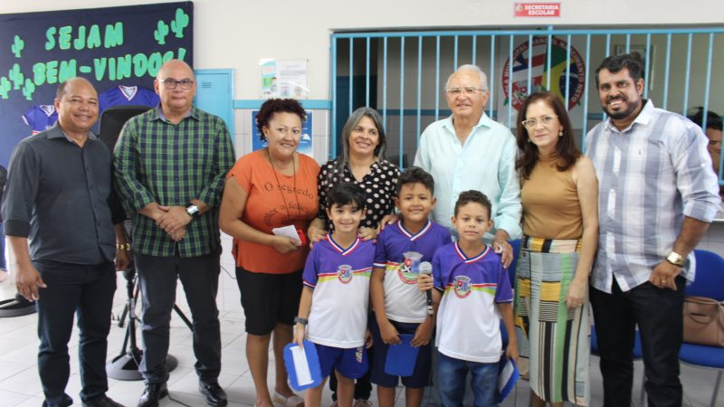Durante visita à Escola Manoel Nascimento Neto, prefeito e equipe entregam kits escolares