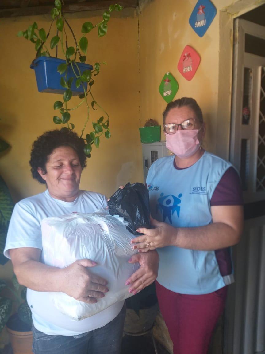 Kits de limpeza compõem as cestas básicas que são entregues no município