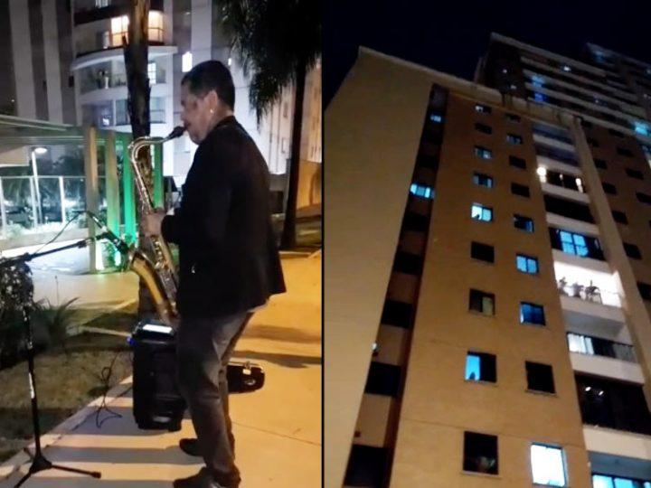 Bombeiro toca Sax diariamente para animar as pessoas