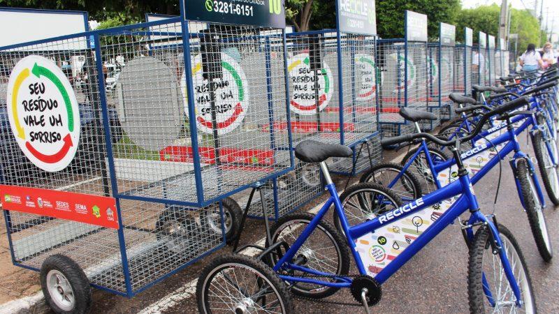 Sedes entrega triciclos e kits de proteção a recicladores que fazem parte do projeto Seu Resíduo Vale um Sorriso