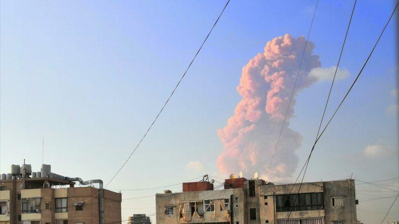 Vídeo: explosão em armazém de fogos causa destruição no Líbano