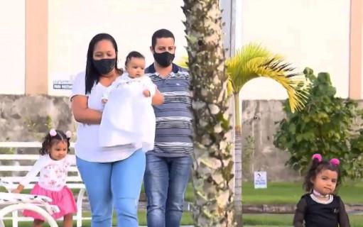 Família adota criança e dois anos depois encontram gêmea da filha na Bahia