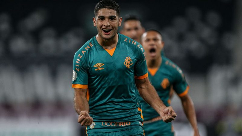 Fluminense goleia Coritiba e encosta no G4